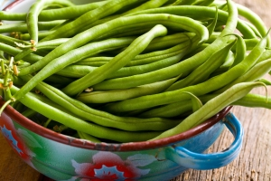 the fresh green beans in bowl